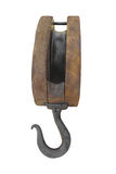 Bloque y trastos de madera viejos con el gancho de leva aislado. imagen de archivo libre de regalías
