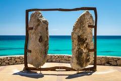 Bloquea el monumento en el terraplén del mar en el molino turístico de Cala de la ciudad foto de archivo
