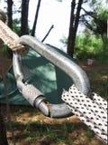Bloquear el carabiner en cuerdas Foto de archivo libre de regalías