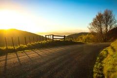 Bloquee la entrada a la pista que camina al lado del camino rural metalled con la cerca del bastón y de alambre, península de Mah imágenes de archivo libres de regalías