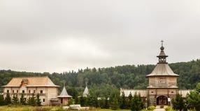 Bloquee la iglesia de madera en la entrada a la llave santa de Gremyachiy de la fuente Foto de archivo