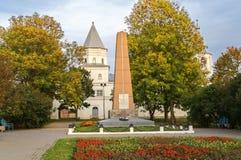 Bloquee la torre la arcada y un monumento a los héroes de la guerra Foto de archivo