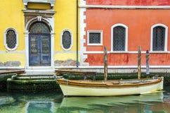 Bloqueie o canal amarrado Italia do barco de Veneza construções coloridas venetian Fotos de Stock