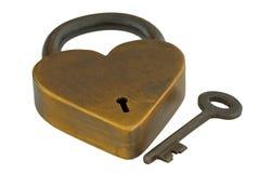 Bloqueo de cobre amarillo y clave del corazón aislados Imagenes de archivo