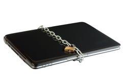 Bloqueo de la computadora portátil con los encadenamientos Fotos de archivo