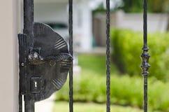 Bloqueo de la maneta de puerta del hierro labrado Fotografía de archivo