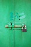 Bloqueo de la puerta del metal en las puertas verdes. Fotografía de archivo libre de regalías