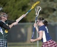 Bloqueo del lacrosse de las muchachas Fotos de archivo
