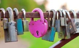 Bloqueo en forma de corazón rosado imagen de archivo