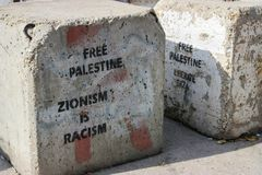 Bloqueo en un camino entre los territory's palestinos ocupados en Cisjordania o Gaza e Israel que llevan un mensaje claro imagenes de archivo