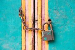 Bloqueo y encadenamiento de la vendimia en una puerta Fotos de archivo