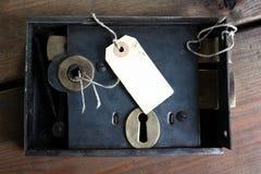 Bloqueo y etiqueta pasados de moda de puerta Imagen de archivo libre de regalías