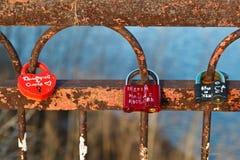 Bloqueos del amor en el puente a través de Volga Imagen de archivo