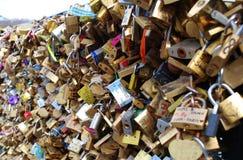Bloqueos del amor en París Foto de archivo libre de regalías