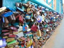 Bloqueos en un puente Fotografía de archivo libre de regalías