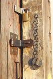 Bloqueos en una puerta de madera Imagen de archivo libre de regalías