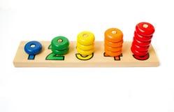 Bloques coloreados de madera, anillos Juego para aprender cuenta c de madera Foto de archivo