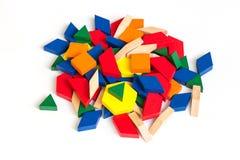 Bloques coloreados multi del modelo en un fondo de madera blanco aislante Fotos de archivo libres de regalías
