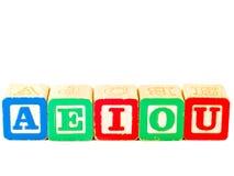 Bloques coloridos del alfabeto con todas las vocales Foto de archivo libre de regalías