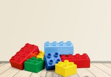 Bloques coloridos del juguete en la tabla de madera Imágenes de archivo libres de regalías