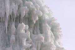Bloques congelados de estalactitas de los carámbanos del hielo Foto de archivo libre de regalías