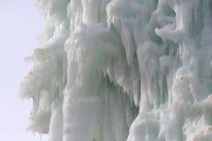 Bloques congelados de estalactitas de los carámbanos del hielo Imagen de archivo libre de regalías