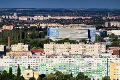 Bloques de apartamentos coloridos en Obuda, Budapest, con la arena de Danubio Imagen de archivo libre de regalías