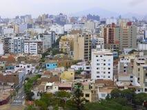 Bloques de apartamentos en ciudad Fotos de archivo