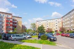 Bloques de apartamentos parqueados de los coches Imagen de archivo libre de regalías