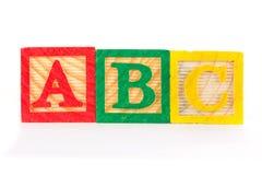 Bloques de aprendizaje de madera de ABC en una fila Imágenes de archivo libres de regalías