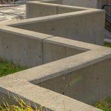 Bloques de cemento cuadrados del marco en un terreno herboso en el lado de un camino en Salt Lake City imagen de archivo