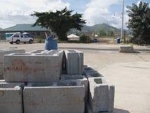 Bloques de cemento en un sitio de trabajo fotos de archivo libres de regalías