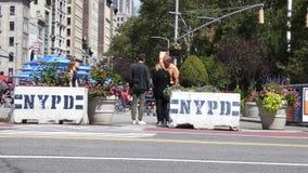 Bloques de cemento de NYPD almacen de metraje de vídeo