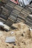 Bloques de cemento y pila de arena fotos de archivo