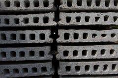 Bloques de cemento y trabajadores del emplazamiento de la obra Imagen de archivo libre de regalías