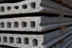 Bloques de cemento y trabajadores del emplazamiento de la obra Foto de archivo libre de regalías