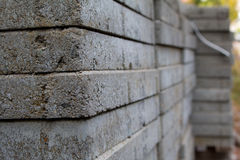 Bloques de cemento y trabajadores del emplazamiento de la obra Foto de archivo