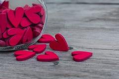 Bloques de corazón rojos en la botella de cristal y bloques Fotos de archivo libres de regalías