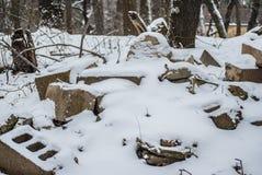 Bloques de escoria afuera debajo de la nieve del invierno fotografía de archivo
