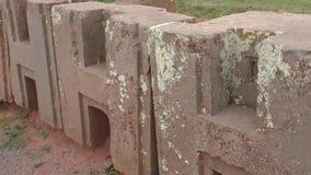 Bloques de H en el sitio arqueológico de Punku del puma, Tiwanaku almacen de metraje de vídeo
