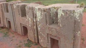 Bloques de H en las ruinas antiguas del puma Punku, Tiwanaku metrajes