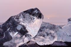 Bloques de hielo en la luz de igualación imagenes de archivo