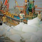 Bloques de hielo para cargar encendido a un barco pesquero indio Foto de archivo libre de regalías