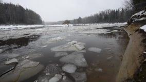Bloques de hielo que se mueven en el río metrajes