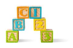 Bloques de la letra y del número apilados en el fondo blanco Imagen de archivo libre de regalías