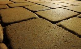 Bloques de la piedra del adoquín en la noche Foto de archivo libre de regalías