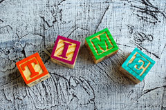 Bloques de madera con el ` del tiempo del ` de las letras imagen de archivo