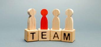 Bloques de madera con el equipo de la palabra y una muchedumbre de trabajadores con un líder El concepto de un equipo confiable f imagen de archivo