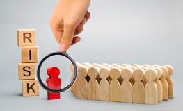 Bloques de madera con el riesgo de la palabra y un equipo con un l?der Concepto del negocio de trabajo en equipo, de soluci?n de  fotografía de archivo