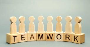 Bloques de madera con el trabajo en equipo de la palabra y el equipo del negocio de empleados el concepto de cooperación Reacción fotos de archivo